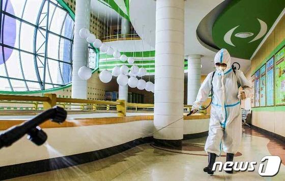 소독 작업 중인 북한 류경안과종합병원