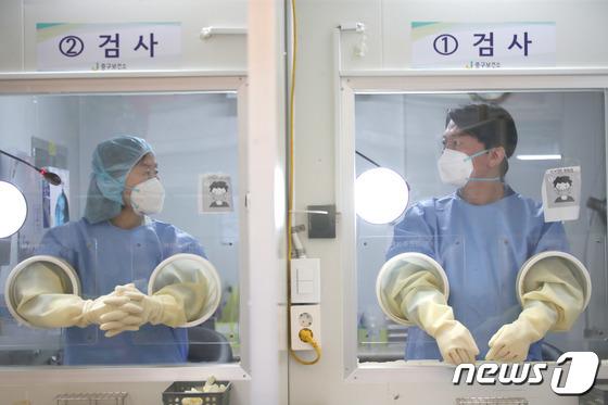 의료자원봉사 나선 안철수 대표 부부