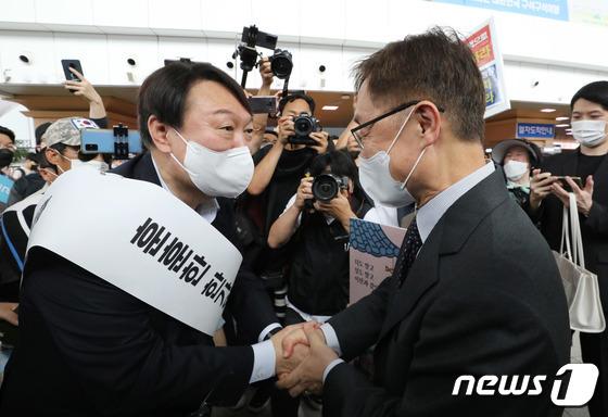 서울역 대합실에서 마주친 윤석열-최재형