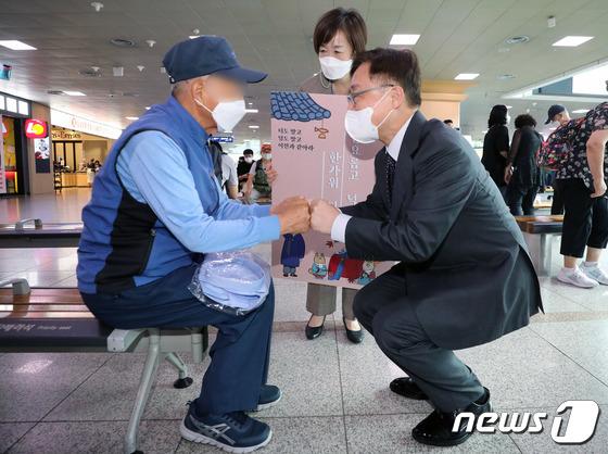 귀성길 인사 나선 최재형 후보, 서울역에서 시민과 인사