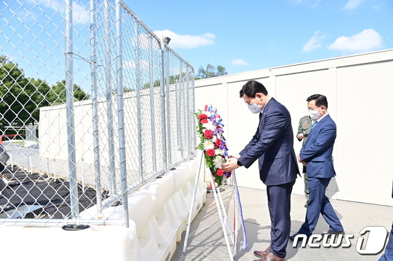 한국전쟁 참전용사 기념비 찾아 헌화하는 송영길 대표