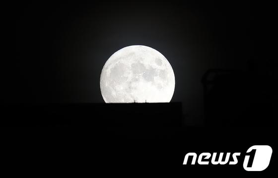 수줍은 듯 떠오르는 \'한가위 보름달\'