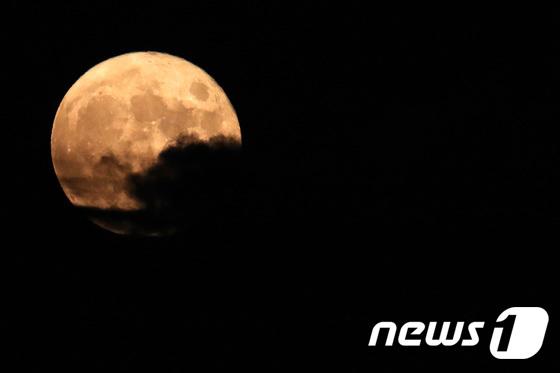 구름 뒤에 숨은 보름달
