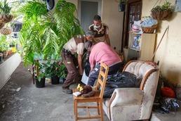 [사진] 화산 폭발 대피위해 가재도구 챙기는 스페인 주민들