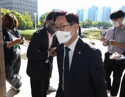 연휴 마치고 출근하는 박범계 장관