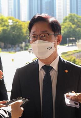 답변하는 박범계 법무장관