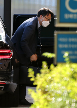차에서 내리는 김진욱 처장