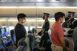 공군 1호기 좌석에 안치되는 유해