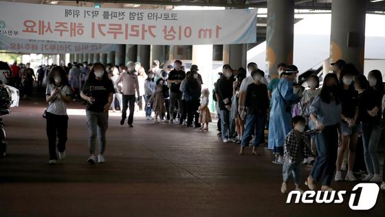 추석 연휴 후 코로나 검체 검사 받는 부천 시민들
