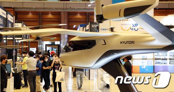 도심항공교통 비행체 모델 살펴보는 관람객들