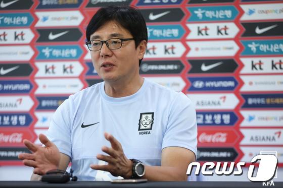 기자회견하는 황선홍 23세 이하(U-23) 축구 대표팀감독