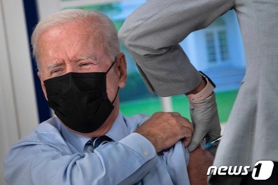 백신 부스터샷 접종한 조 바이든 美대통령
