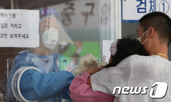 코로나19 검체 검사 받는 어린이