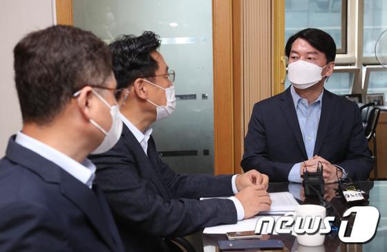 대장동 논란 관련 최초 보도자와 만남 가지는 안철수 대표