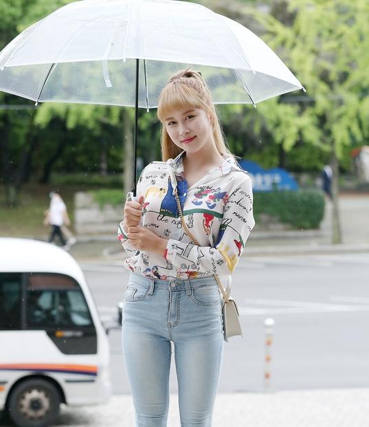 우주소녀 다영 '우산 쓴 여신'