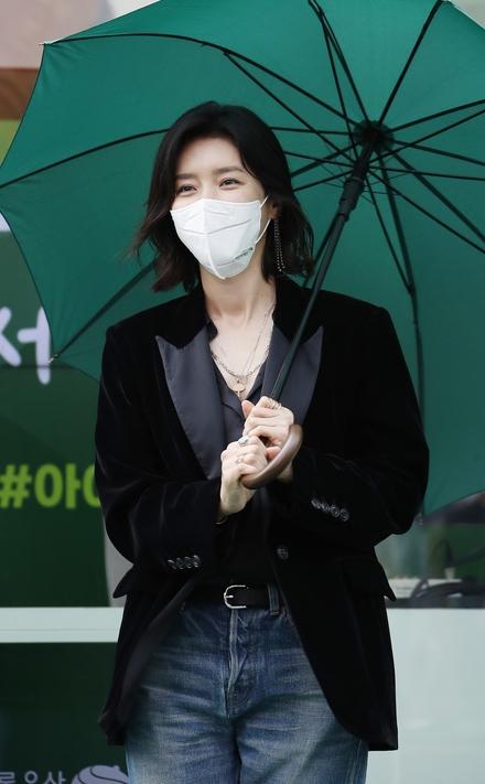 초록우산 쓴 배우 채정안